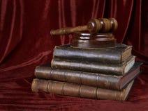 Drewniany młoteczek i sterta stare książki Obrazy Stock