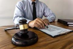 Drewniany młoteczek na stole, pojęcie, prawa, prawnika adwokata i sprawiedliwości, męski prawnik pracuje na dokumenty i raport zn zdjęcie stock