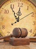 Drewniany młoteczek i zegar Zdjęcia Royalty Free