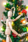 Drewniany mannequin dekoruje Xmas drzewa Obrazy Stock