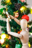 Drewniany mannequin dekoruje Xmas drzewa Obraz Royalty Free