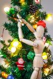 Drewniany mannequin dekoruje Xmas drzewa Fotografia Stock