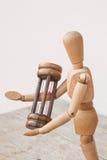Drewniany mannequin i hourglass pozy czasu zarządzanie Zdjęcia Stock