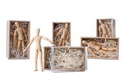 Drewniany mannikin jest trwanie pobliskim otwartym kartonem wypełniającym z drewnianym kłapciem podczas gdy inny są pozostałym in zdjęcia royalty free