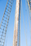 Drewniany maszt, olinowanie i arkany rocznika żeglowania łódź, Fotografia Stock