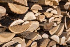 Drewniany drewniany materiał budowlany dla tła i tekstury ciesielka odpady po przetwarzać drewno, surowy materiał dla ogrzewać zdjęcia stock