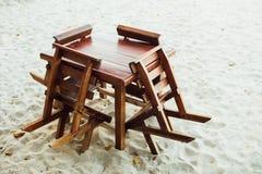 Drewniany meble na piaskowatej plaży Stołu i krzeseł stojak na piasek plaży Obraz Royalty Free