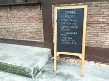Drewniany menu deski stojak i coffe menu na pokładzie Zdjęcie Royalty Free
