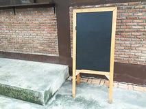 Drewniany menu deski stojak i coffe menu na pokładzie Zdjęcia Royalty Free