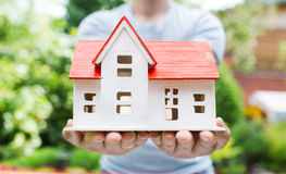 Drewniany model dom w rękach Zdjęcie Stock