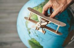 Drewniany model rocznika samolot lata blisko Ziemskiej kuli ziemskiej Wor Obraz Stock