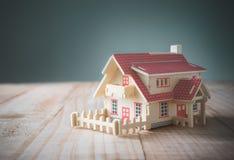 drewniany modela dom na drewno stole z kopii przestrzenią przygotowywającą dla twój Fotografia Royalty Free