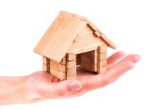 Drewniany modela dom w ręce Zdjęcie Royalty Free