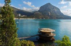 Drewniany mola i góry jastrząbek blisko wioski Novyi Svit w Crimea Obraz Stock