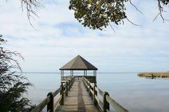 Drewniany molo lub jetty na Zewnętrznych bankach jeziornych Obrazy Royalty Free