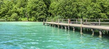 Drewniany molo na halnym jeziorze z jasną wodą Fotografia Royalty Free