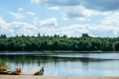 Drewniany molo na jeziornej plaży fotografia royalty free
