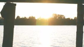 Drewniany molo na rzece w położenia słońcu zdjęcie wideo