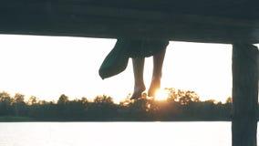 Drewniany molo na rzece w położenia słońcu, dziewczyny ` s iść na piechotę zdjęcie wideo