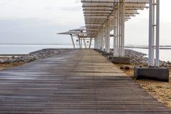 Drewniany molo przy rankiem przy Nieżywym morzem Obraz Royalty Free