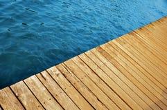 Drewniany molo z jezioro wodą obrazy stock