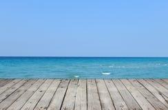 Drewniany molo z morzem i niebem obrazy royalty free