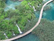 Drewniany most łączy dwa części Plitvice parka narodowego teren Fotografia Stock