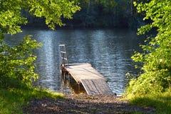 Drewniany most blisko jeziora w naturze, park, platforma, strumień, rzeka, lato krajobraz, słoneczny dzień zdjęcie royalty free