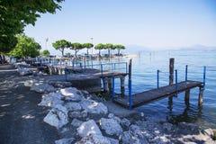 Drewniany most na Jeziornym Gardzie w Włochy Obrazy Royalty Free