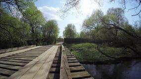 Drewniany most na małej rzece zdjęcie wideo