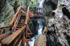 Drewniany most nad burzową rzeką obrazy stock