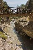 Drewniany most nad halną rzeką przy skalistym terenem Samaria wąwóz, południowa zachodnia część Crete wyspa obraz stock