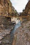 Drewniany most nad halną rzeką przy skalistym terenem Samaria wąwóz, południowa zachodnia część Crete wyspa obrazy stock