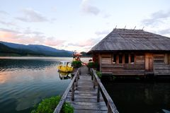 Drewniany most nad jeziorem zdjęcie stock