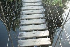 Drewniany most nad wodą, zawieszenie most, ekstremum zdjęcie royalty free