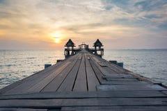Drewniany most, słońce i morze Obraz Stock