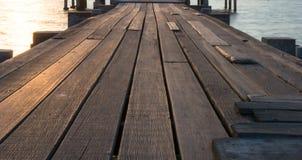 Drewniany most, słońce i morze Zdjęcia Royalty Free