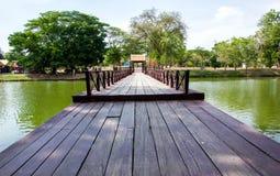 Drewniany most w Ayutthaya Dziejowym parku fotografia stock