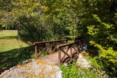 Drewniany most w jesień parku Obrazy Royalty Free