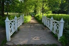 Drewniany most w parkowym Monrepos Obrazy Stock