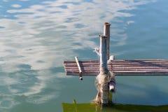 Drewniany most w rybiego gospodarstwa rolnego basenie Obrazy Stock