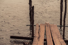Drewniany most w rybiego gospodarstwa rolnego basenie Zdjęcie Stock