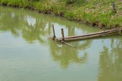 Drewniany most w rybiego gospodarstwa rolnego basenie Fotografia Stock