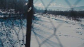 Drewniany most w zimie zawieszenie most nad zimy rzeką zbiory