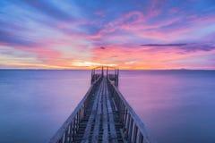 Drewniany most wzdłuż zmierzchu nieba zdjęcia royalty free