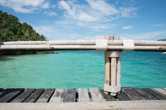 Drewniany most z bambusa ogrodzeniem na niebieskiego nieba i morza tle Obraz Stock