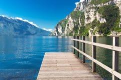 Drewniany nabrzeże na jeziornym Gardzie, Włochy Obrazy Stock