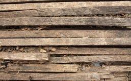 Drewniany naturalny br?zu t?o z bliznami i wzorami Drewniane deseczki spalone drzewo obraz royalty free