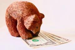 Drewniany niedźwiedź na dolarach obraz stock