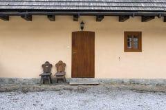 Drewniany, nieociosany okno, i drzwi w chałupie Zdjęcie Stock